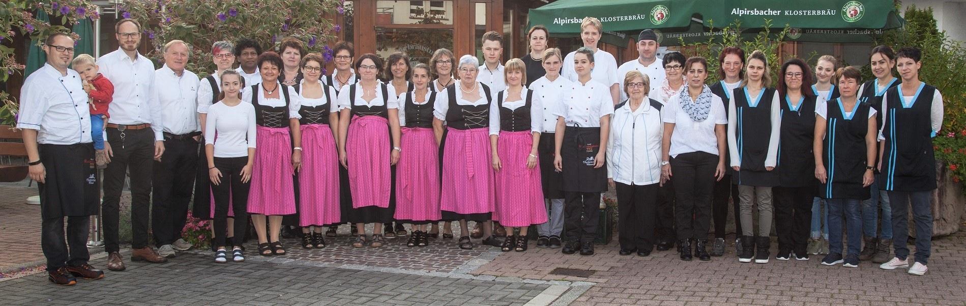 Mitarbeiterfoto im Hof des Hotel Klosterbräustuben