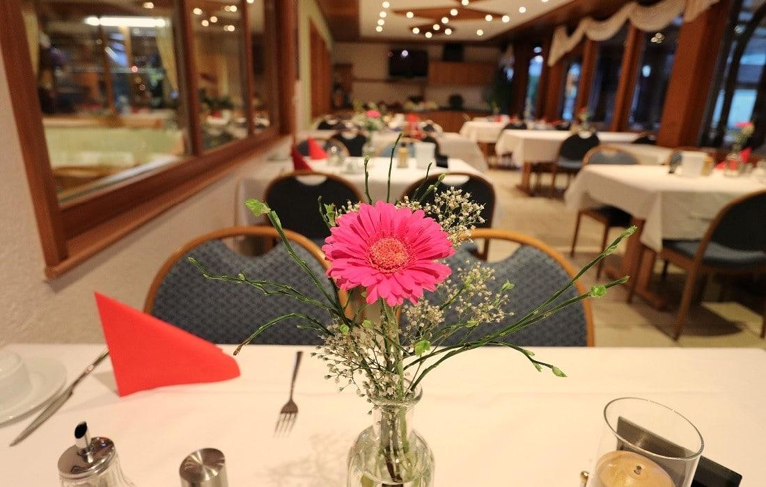 Tischdekoration mit Blume im Restaurant Hotel Klosterbräustuben