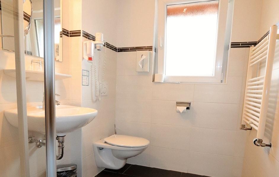 Dusche und WC im Haus Sonnenschein