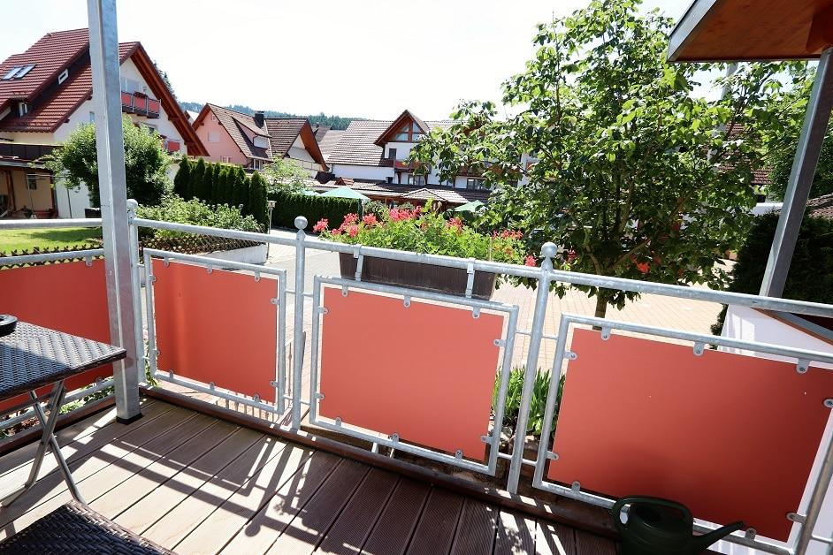 Balkon der Ferienwohnung mit Blick in den Innenhof