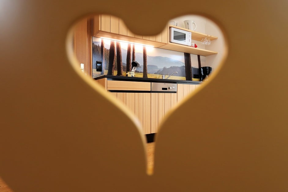 Blick durch das Herz der Stuhllehne auf die Küche