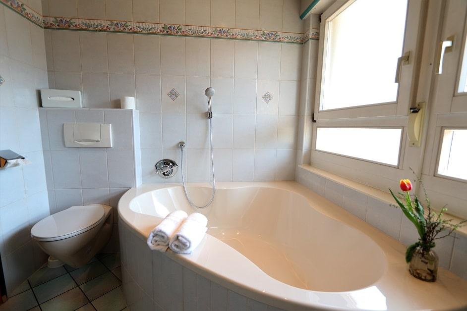 Große Eckbadewanne im Badezimmer der Ferienwohnung