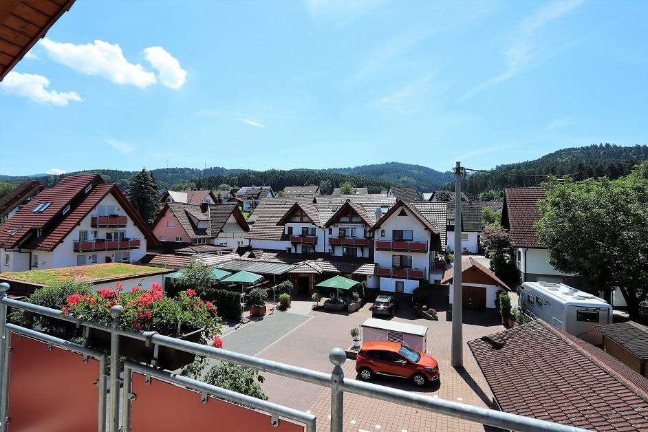 Ferienwohnung Hennehof Balkon mit Blick in den Hof des Hotels