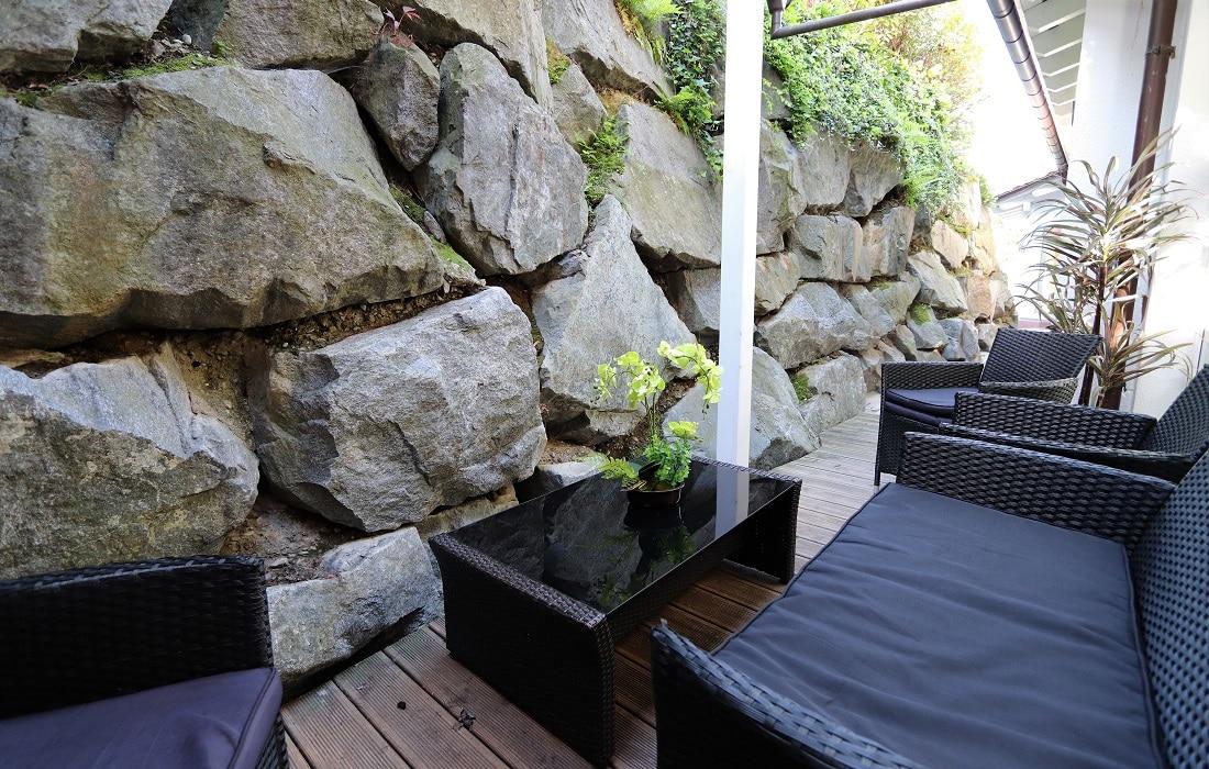 Sauna Außenbereich mit gemütlicher Sitzecke