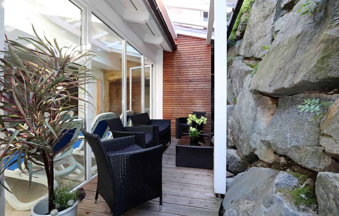 Außenbereich Saunalandschaft mit gemütlicher Sitzecke