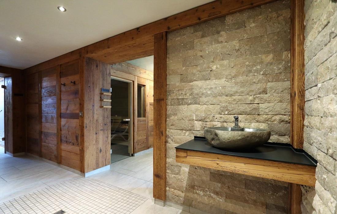 Saunavorraum mit Trinkbrunnen