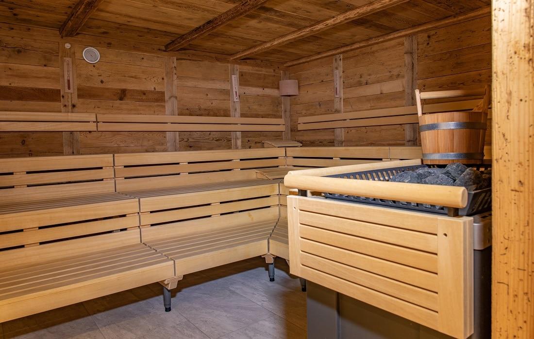 90°C Sauna mit Aufgusseimer