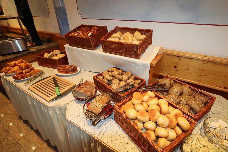 Brötchen und Brotsortiment am Frühstücksbuffet