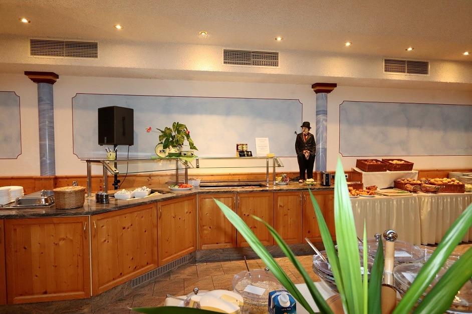 Großes Frühstücksbuffet im großen Saal