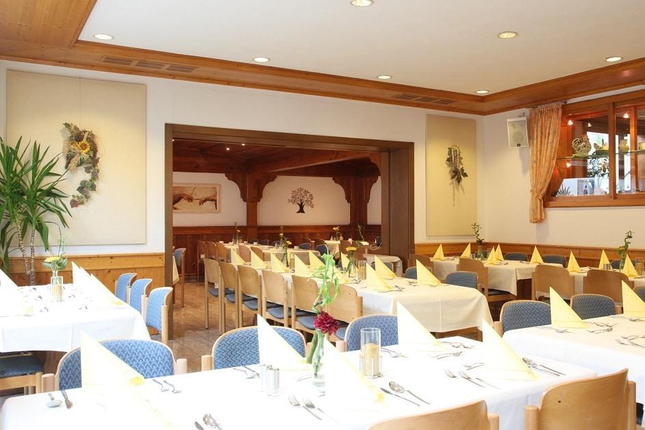 Großer Saal im Hotelrestaurant mit eingeckten Tischen