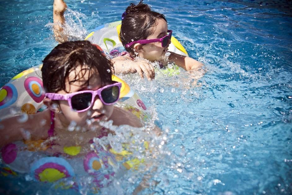 Kinder planschen im Freibad in Zell am Harmersbach