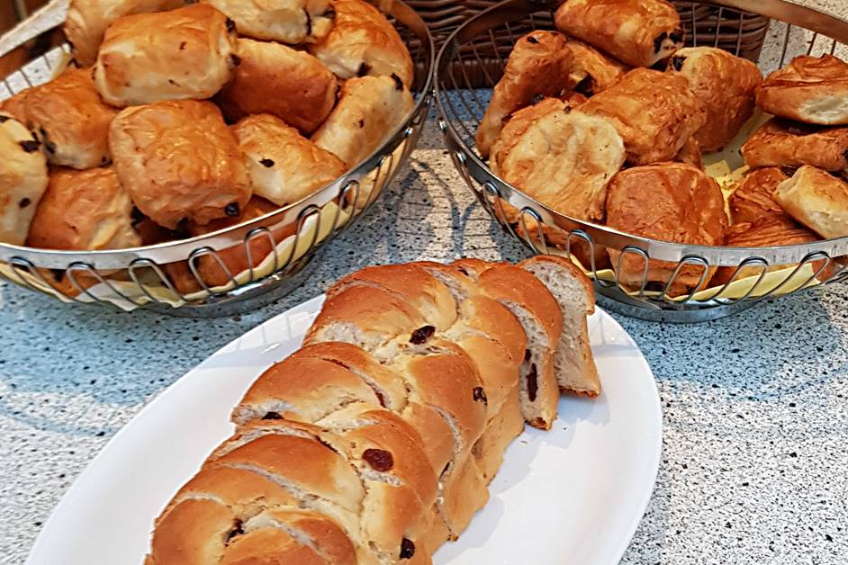 Croissants und Hefezopf beim Frühstücksbuffet