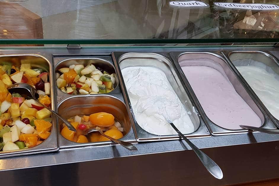 Frischer Obstsalat, Quark und Joghurt am Frühstücksbuffet