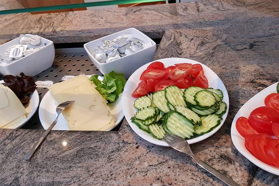Käse, Tomaten und Salatgurken in Scheiben beim Frühstücksbuffet