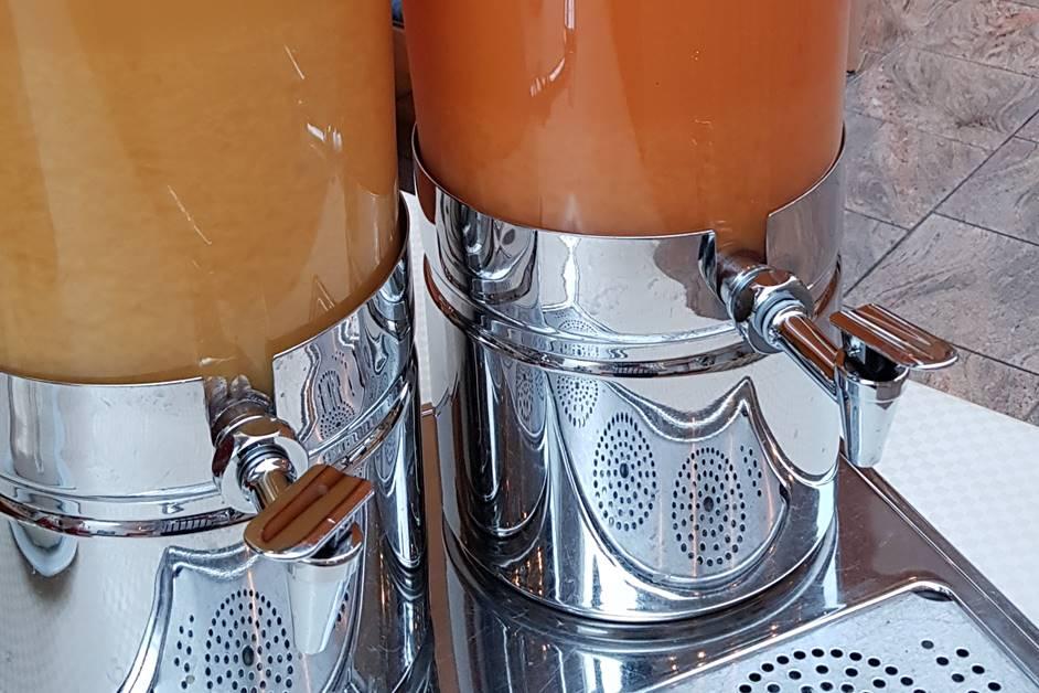 Orangensaft und Multi-Vitaminsaft beim Frühstücksbuffet