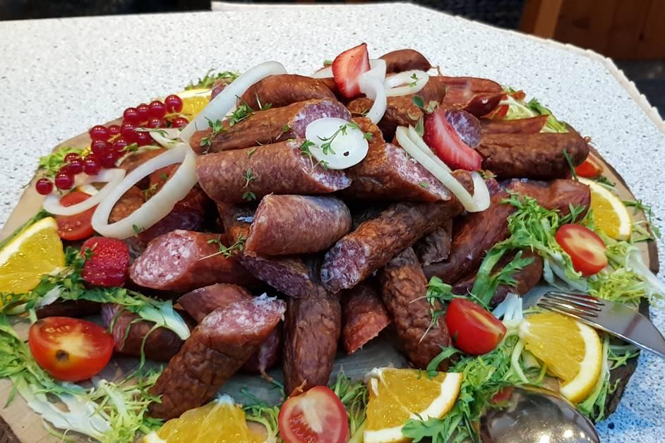 Geräucherte Bratwurst auf dem Bauernbuffet