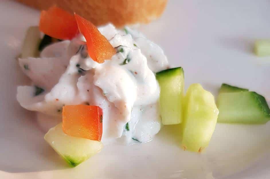 Kleiner Gruß aus der Küche mit Frischkäse und Zucchini und Tomanten