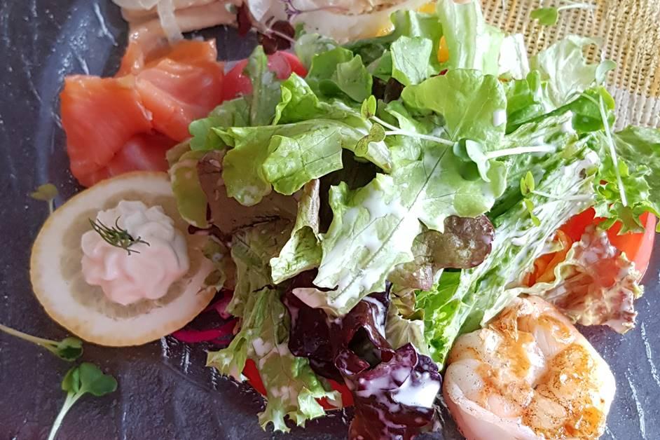Salat Neptun mit Lachs, Garnele und Forellenfilet