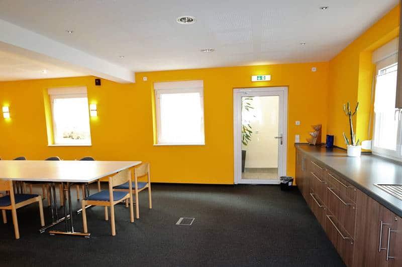 """Eingang des Seminarraum """"Brandenkopf"""" mit rechts Küchenzeile und Waschbecken und Kühlschränken"""