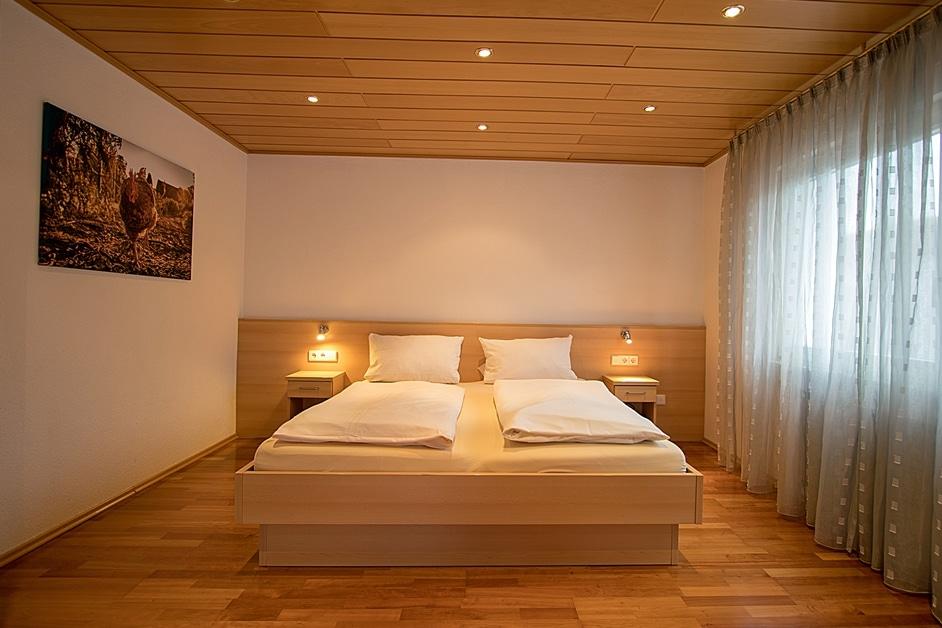 Ferienwohnung Hennehof großes Schlafzimmer mit Doppelbett