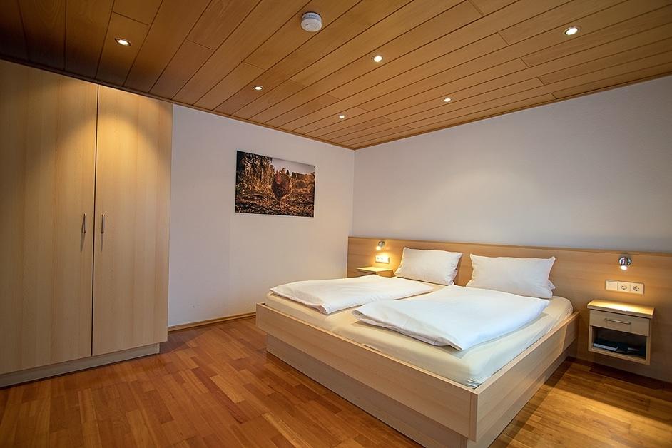 Ferienwohnung Hennehof Doppelbett und großer Kleiderschrank
