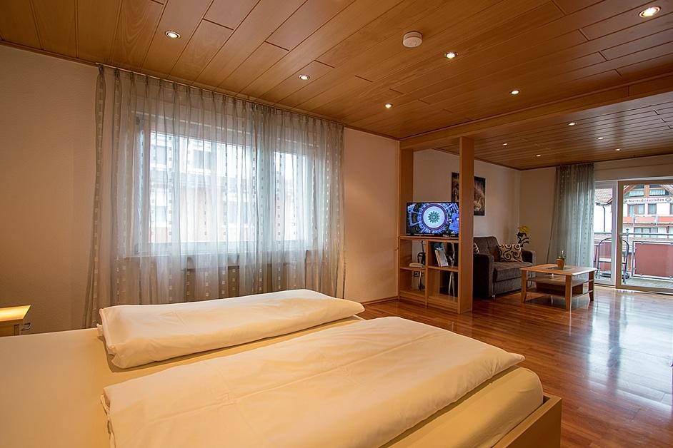"""Ferienwohnung """"Hennehof"""" mit Schlafzimmer und angeschlossenem Wohnzimmer mit Balkon"""