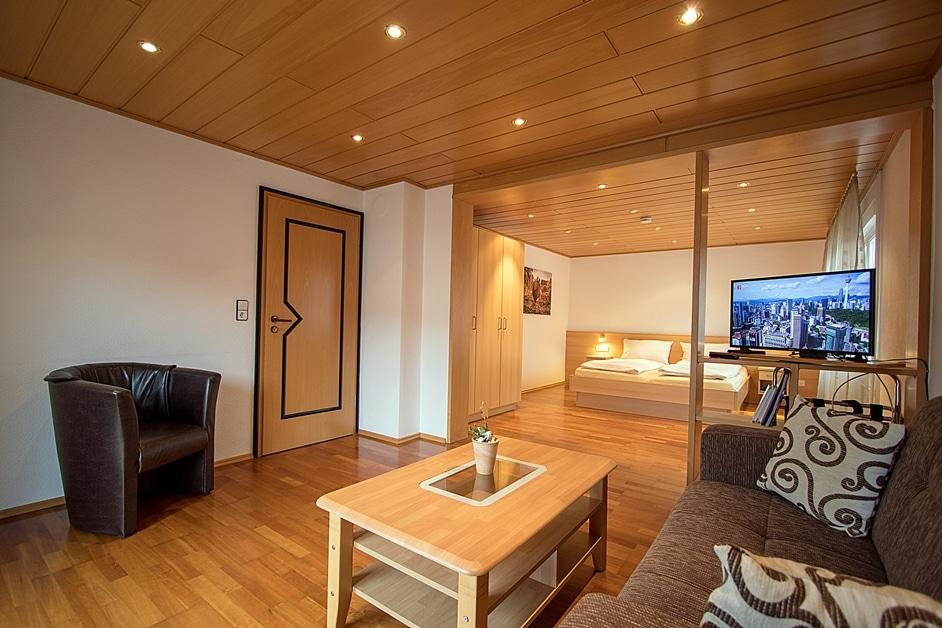Ferienwohnung Hennehof mit großem Wohn- und Schlafbereich und Parkettboden