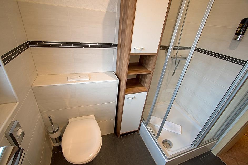 Ferienwohnung Henneleiter Dusche und WC