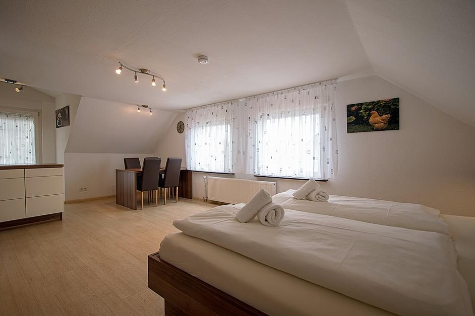 Ferienwohnung Henneleiter Wohn- Und Schlafzimmer mit Essecke und Küchenzeile
