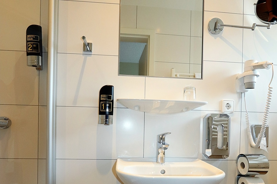 Einzelzimmer 228 Bad mit Dusche WC