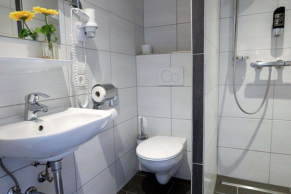 Einzelzimmer 405 Bad mit Dusche WC