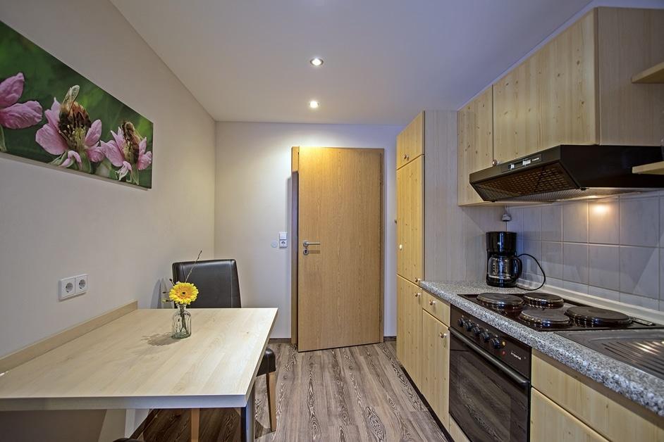 Ferienwohnung Bienenkiste Küche mit kleinem Esstisch