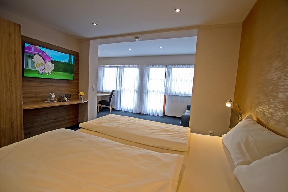 Ferienwohnung Bienenkiste Schlafzimmer und Flachbild-TV