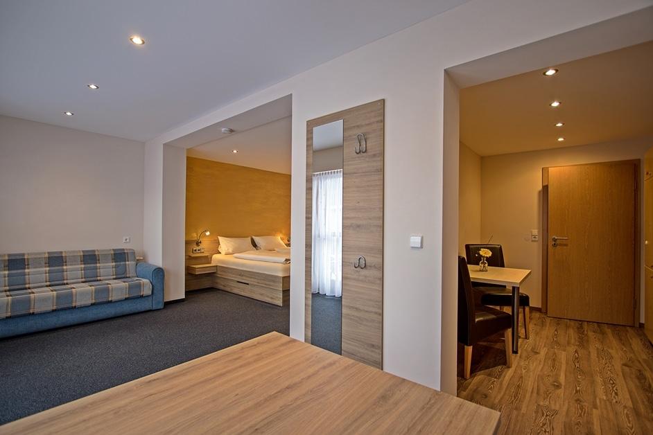 Ferienwohnung Bienenkiste Schlafzimmer und Küche