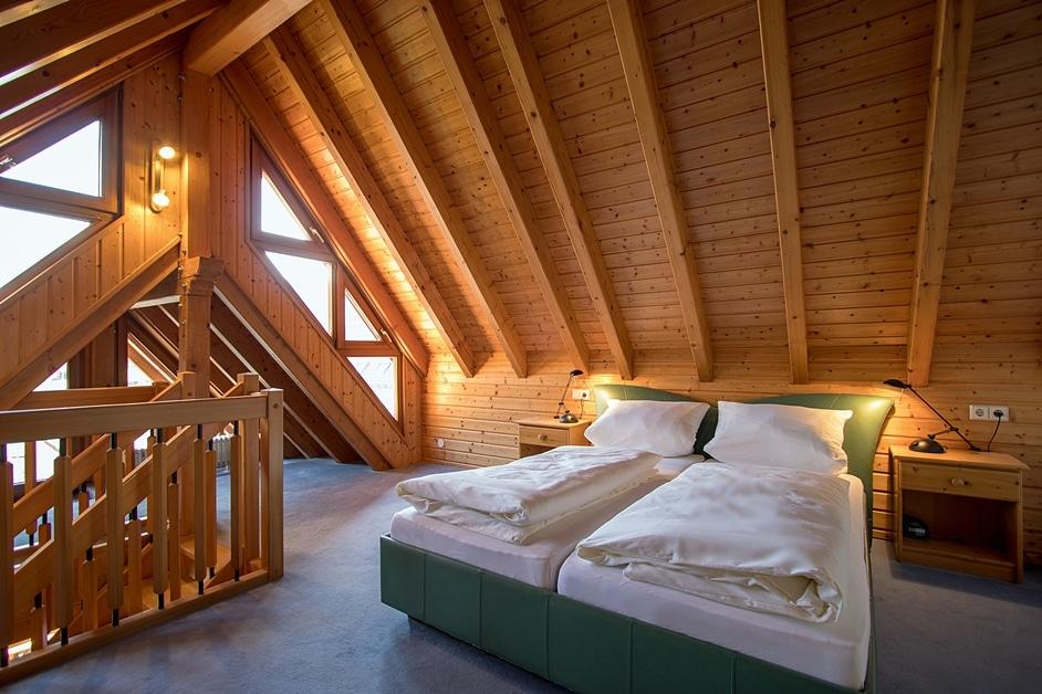 Doppelbett des Schlafzimmers im Dachspitz