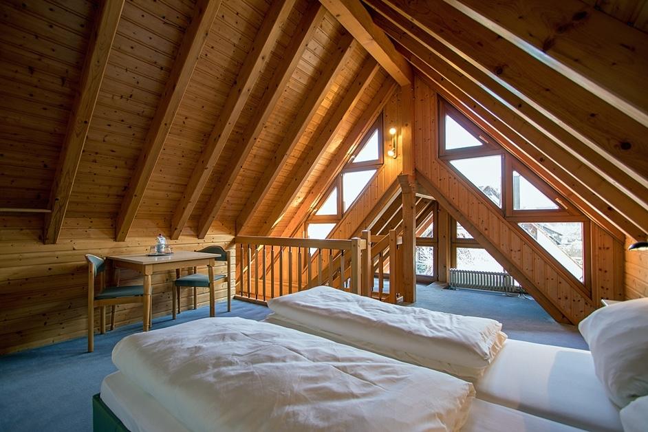Das 2. Schlafzimmer mit Doppelbett im Dachspitz über eine Treppe zu erreichen