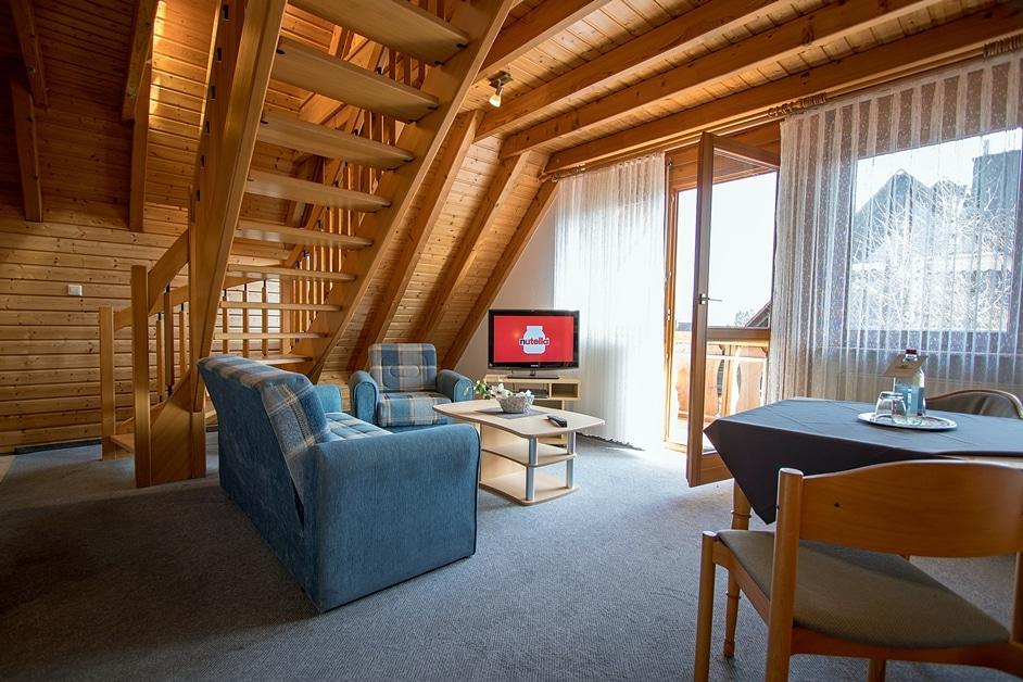 """Ferienwohnung """"Bienenstock"""" mit gemütlicher Wohnecke und SAT-TV und Balkon"""