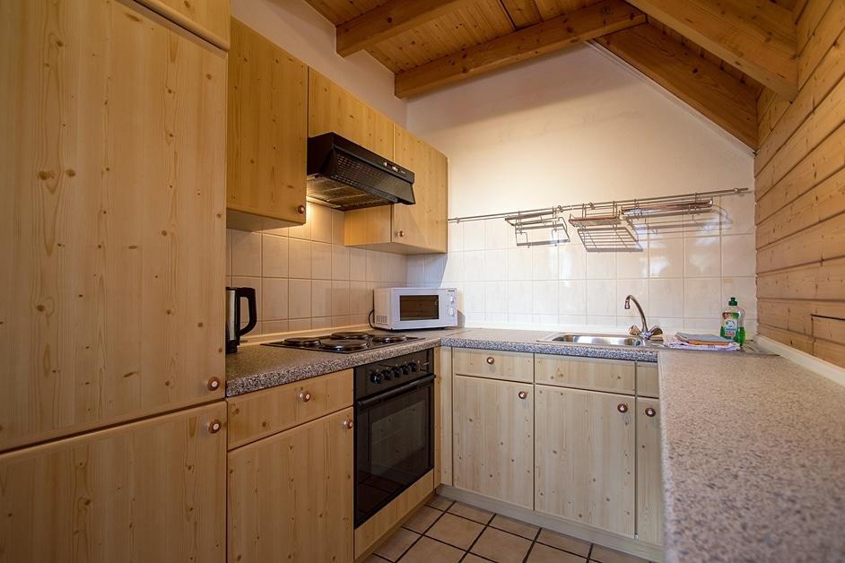 Küchenzeile in einer Ecke des großen Wohn- und Schlafzimmers