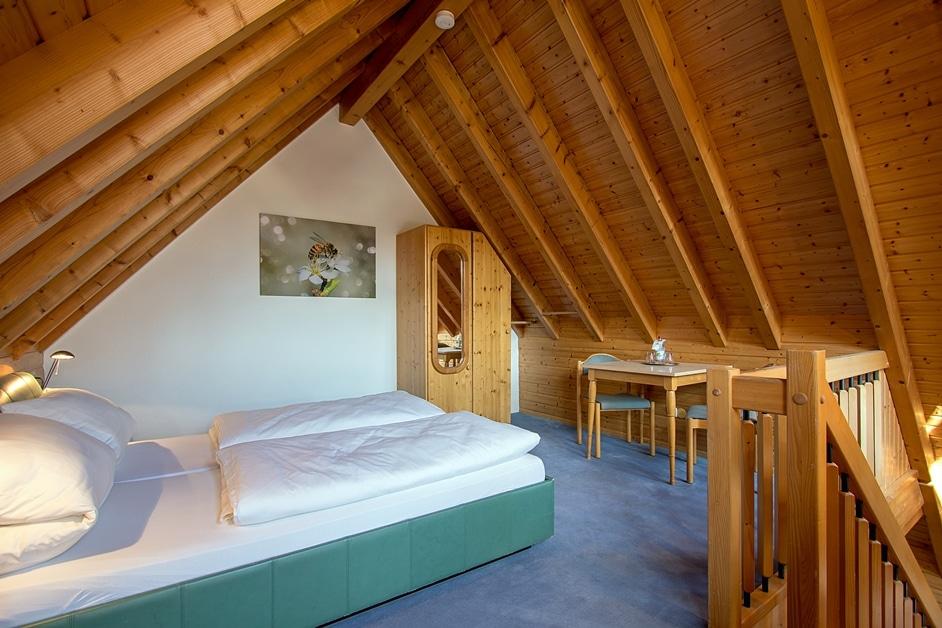 """Das zweite Schlafzimmer in der Ferienwohnung """"Bienenstock"""" unterm Dach"""