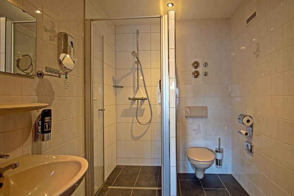 Ferienwohnung Bienenstock Badezimmer mit begehbarer Dusche und WC