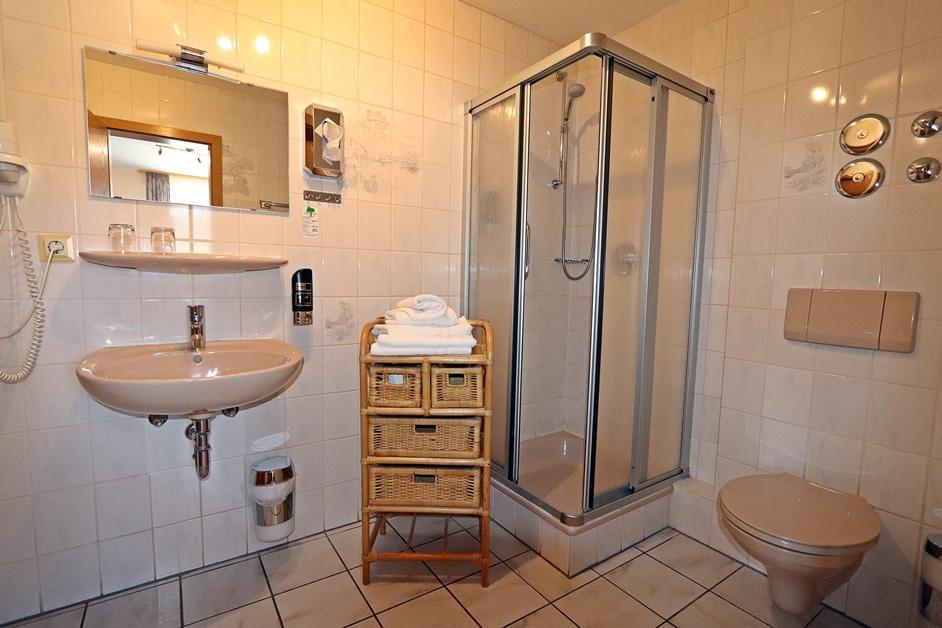 Ferienwohnung Bienenwabe Badezimmer mit Dusche 1