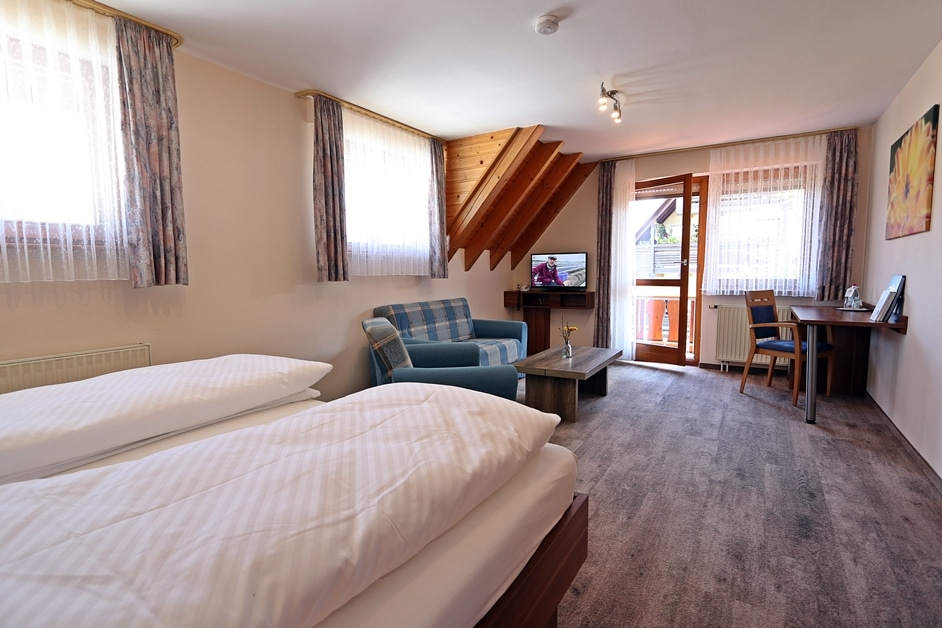 Ferienwohnung Bienenwabe Schlaf- und Wohnzimmer mit Balkon
