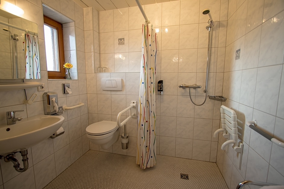 Rollstuhlgerechtes Hotelzimmer Badezimmer