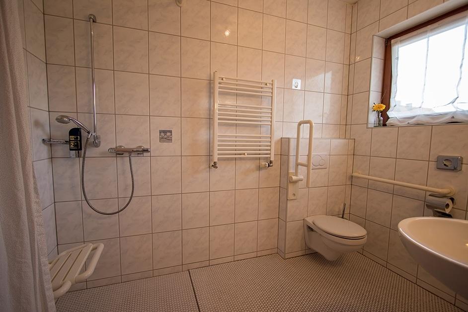 Rollstuhlgerechtes Hotelzimmer Bad