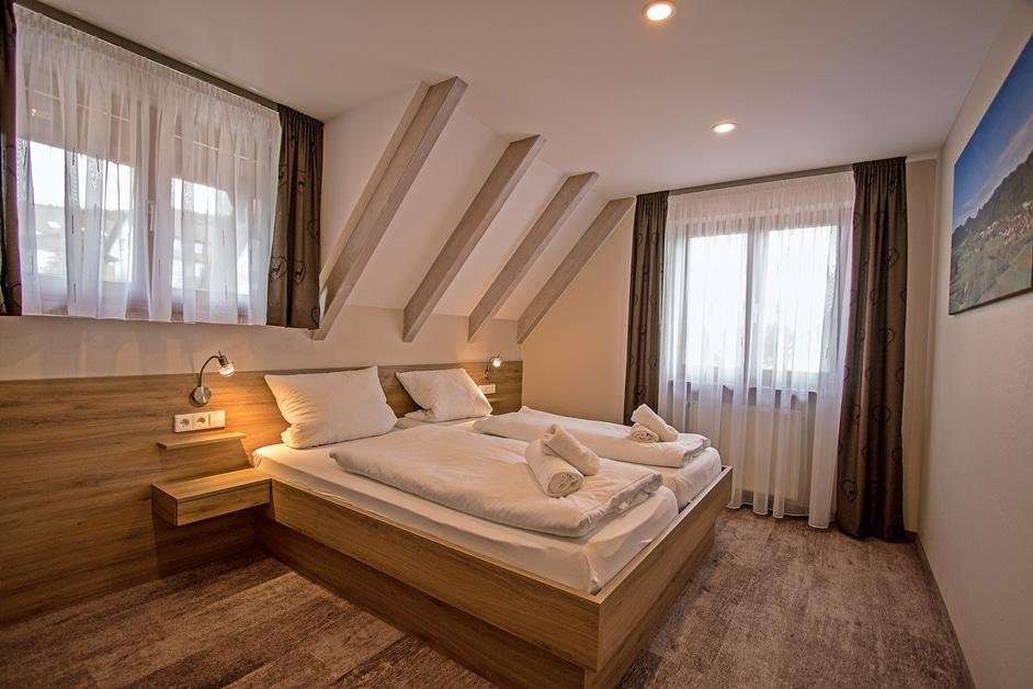Ferienwohnung Klosterblick Schlafzimmer mit Doppelbett
