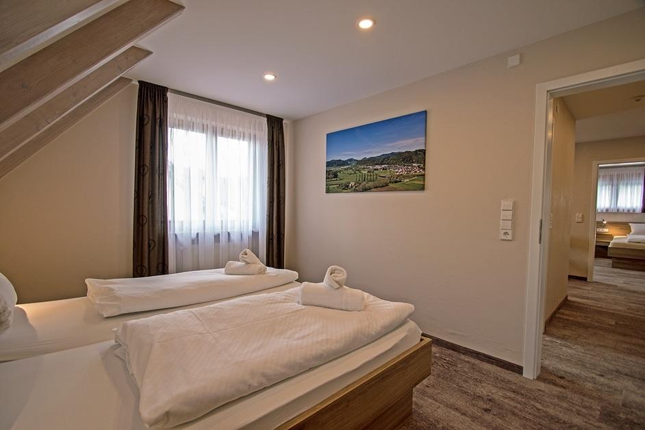 Ferienwohnung Klosterblick Doppelzimmer mit Blick ins Wohnzimmer
